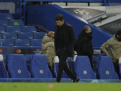 Simeone camina pensativo, durante el Chelsea-Atlético del pasado miércoles en el que el conjunto londinense eliminó a los rojiblancos en los octavos de la Champions.