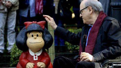 Quino, junto a la escultura de Mafalda en el barrio de San Telmo, en Buenos Aires.