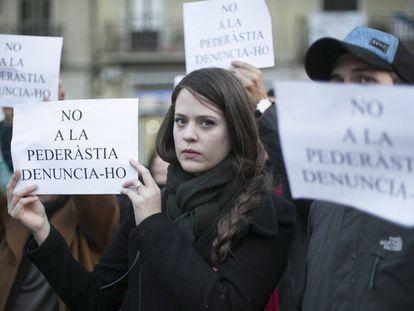 Participantes en la concentración para denunciar la pederastia en los colegios en Barcelona, en 2016.