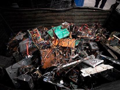 Imagen de archivo de una planta de reciclaje de componentes electrónicos.