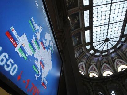 Vista de los paneles que informan sobre la prima de riesgo en el parqué de la Bolsa de Madrid.
