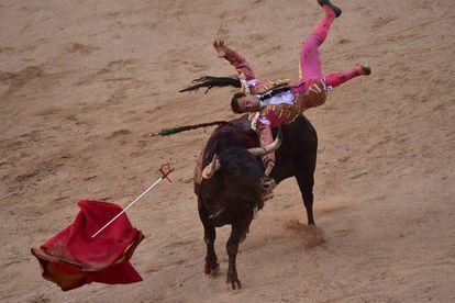 Rafaelillo es volteado por uno de los 'miuras' en Pamplona.