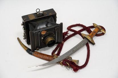 La gumía de Abdelkrim y la cámara con la que Alfonsito retrató al caudillo rifeño fotografiadas en Madrid el 6 de julio.