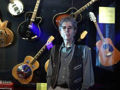 Quico Pi de la Serra ante algunas de sus guitarras en el Museo de la Música.