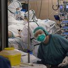 Diversos sanitaris atenen un pacient amb la covid-19 a la UCI de l'Hospital Vall d'Hebron de Barcelona.