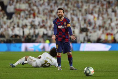 Leo Messi y Marcelo, durante el clásico entre Real Madrid y Barcelona de la temporada pasada, en el Santiago Bernabéu, en marzo.