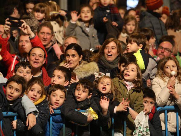 Un grupo de niños observa el paso de las carrozas durante la cabalgata celebrada en Madrid.