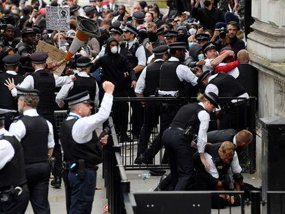 Manifestantes contra el racismo y agentes de policía se enfrentan este miércoles ante las puertas de Downing Street, en Londres.