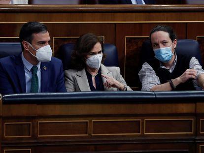 El presidente del Gobierno, Pedro Sánchez, y sus vicepresidentes Carmen Calvo y Pablo Iglesias, este miércoles, en el Congreso de los Diputados.