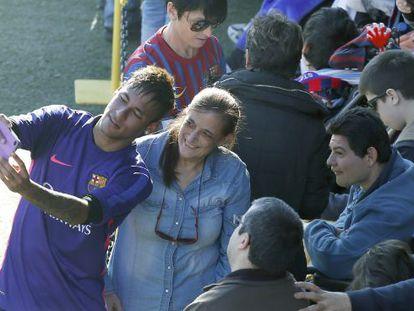 Neymar, en el Miniestadi, se hace una foto con una aficionada.