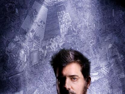 El artista Javier Arrés en su casa en Granada.