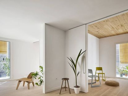 Interior de una de las viviendas proyectadas por Marta Peris y José Toral en Cornellà (Barcelona).