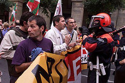 Los dirigentes de Batasuna Otegi y Permach  discuten con un <b></b><i>ertzaina</i> durante la manifestación.