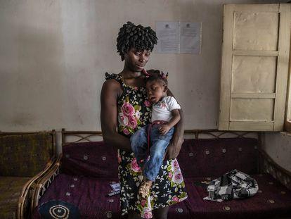 Ismene Henriqueta Quintino, de 23 años, sostiene a su hija Jean Philippe, de un año, con parálisis cerebral a la que su familia quiso matar al considerarla una irã (no humana). Ambas viven en una casa de acogida de la ONG española Aida.