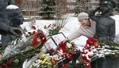 Una mujer coloca flores en memoria del piloto fallecido tras el derribo del cazabombardero ruso Su-24 por Turquía.