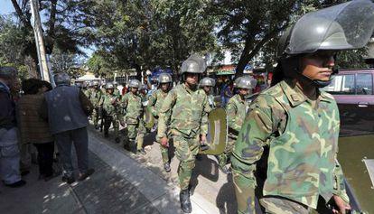 Soldados bolivianos rodean la sede de la compañía en Cochabamba.
