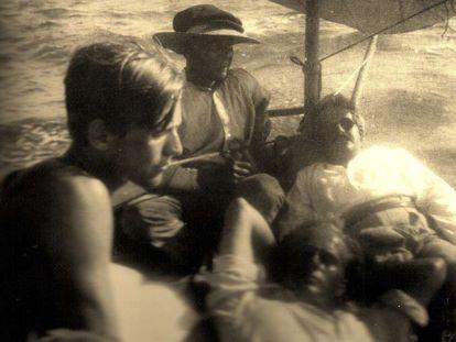 De izquierda a derecha, Jean Selz, el pescador Frasquito, Walter Benjamin (con gafas) y Paul Gauguin (nieto) en 1933 en Ibiza.