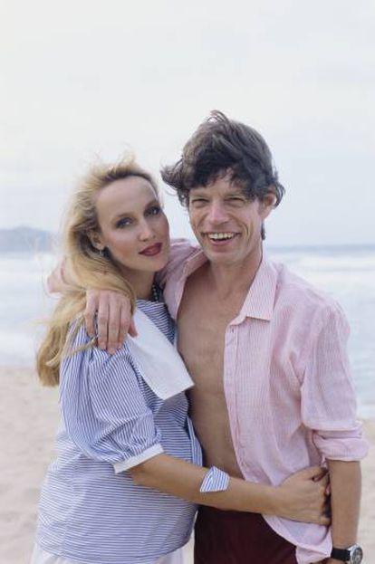 Mick Jagger y Jerry Hall en una imagen de los años 90 en Barbados. Ella posa embarazada.