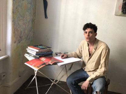 Jermaine Gallacher en el salón de su casa, intentando no pasar demasiado tiempo conectado al trabajo. Seguramente suene música de fondo. |