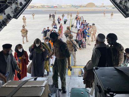 Salida de Kabul de los primeros repatriados y colaboradores, este miércoles.