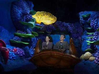 Dos entusiastas pasajeros subidos en la nueva montaña rusa de Disneyland París.