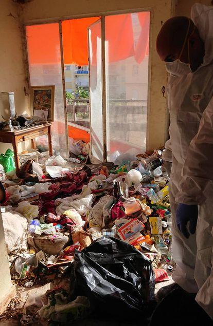 Limpieza de la casa de un afectado por el síndrome de Diógenes. La empresa Limpiezas Traumáticas Málaga se dedica a limpiar escenarios de crímenes o eliminar huellas de un suicidio.