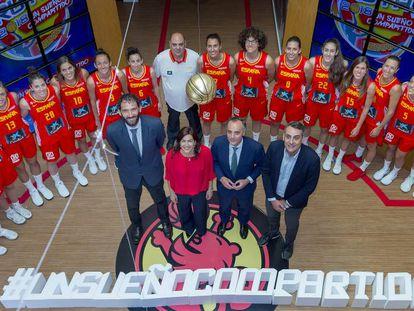 La selección femenina se hace la foto oficial con la nueva secretario de Estado, María José Rienda