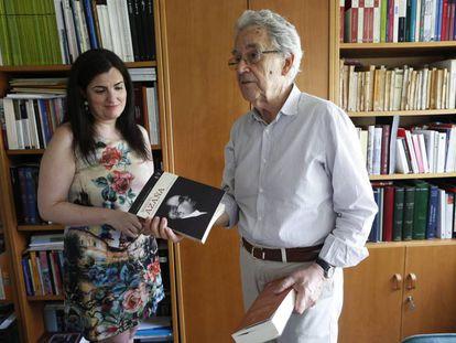 Pilar Mera y Santos Juliá, ayer en Madrid.