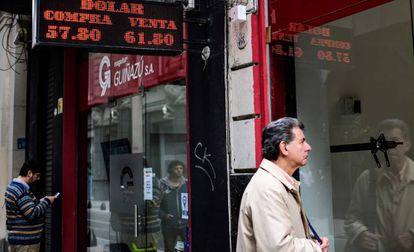 La pizarra de una casa de cambio muestra la cotización del dólar en el centro de Buenos Aires.