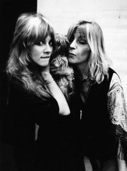 Stevie Nicks (izquierda, con un perro en brazos) y Christine McVie durante la grabación del disco 'Fleetwood Mac'. la grabación fue entre enero y febrero de 1975, justo hace 45 años.