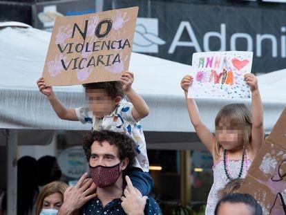 Dos niños con carteles en una concentración contra la violencia machista en Santa Cruz de Tenerife, el 11 de junio.