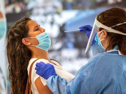 Una mujer se somete a la prueba PCR en Palma de Mallorca.