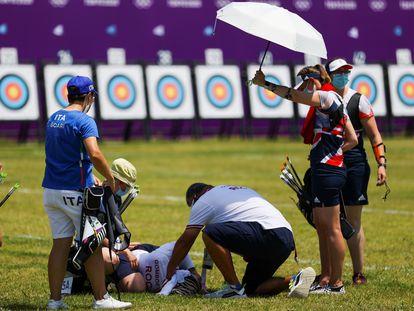 Svetlana Gomboeva es atendida durante la prueba de tiro tras sufrir un desmayo por un golpe de calor.