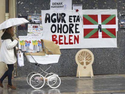 Un cartel en Lazkao (Gipuzkoa) recuerda a la etarra Belén González Peñalba. En vídeo, declaraciones de Jonan Fernández, secretario de Paz y Convivencia del gobierno vasco.
