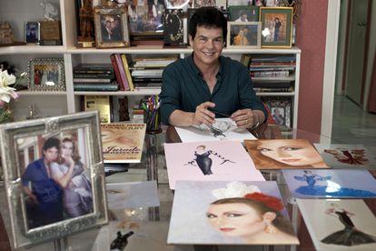 El diseñador gaditano Antonio Ardón, amigo de Rocío Jurado y creador de gran parte de su vestuario, en su estudio de Cádiz en mayo de 2016.