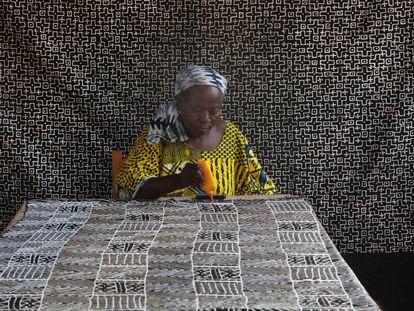 Mujer trabajando sobre un bogolan en Malí.