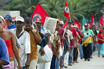 Un millar de miembros del MST, en una marcha de protesta el pasado miércoles en el Estado de Pernambuco.