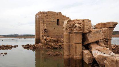 Capiteles romanicos de la antigua iglesia de Cenera de Zalima en el embalse de Aguilar, en Palencia.