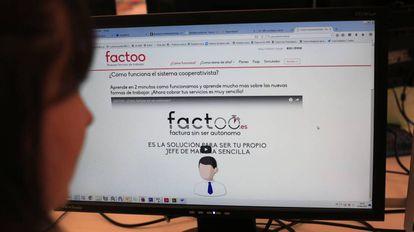 Una usuaria de la empresa Factoo ve su página web.