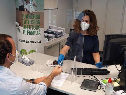 Imagen de archivo de la atención a clientes en una oficina bancaria