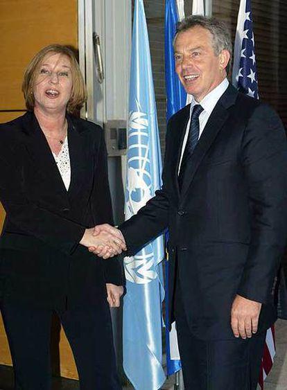Tzipi Livni saluda a Tony Blair ayer en Jerusalén.