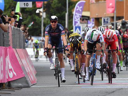 Merlier se incorpora tras batir al sprint a Groenewegen, Nizzolo y Viviani, de izquierda a derecha.