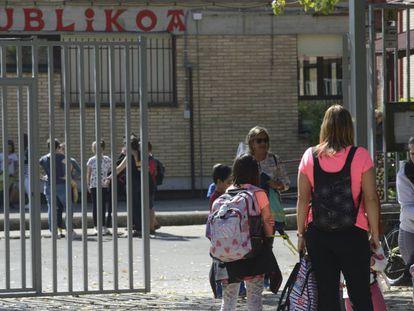 Entrada de un colegio público en Vitoria.
