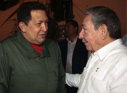 El presidente cubano, Raúl Castro (d), recibe a su homólogo venezolano Hugo Chávez a su llegada el 5 de junio a La Habana.