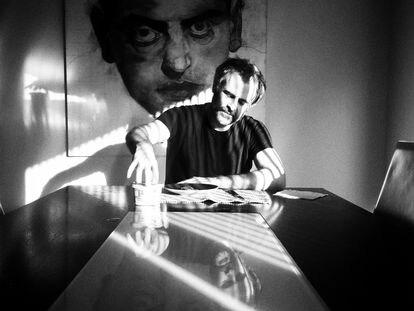 El cineasta Luiso Berdejo, en su casa en Los Ángeles.