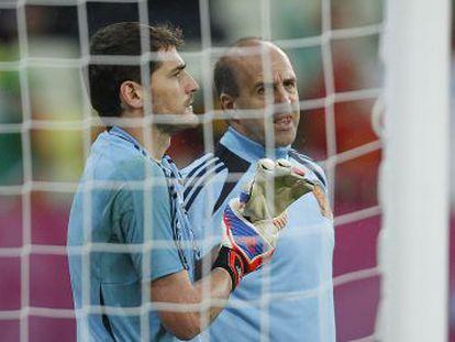 Casillas charla con Ochotorena antes del partido ante Portugal.