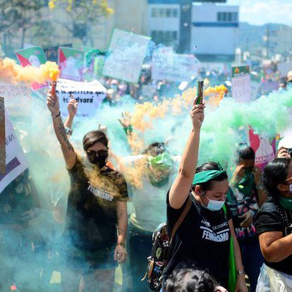 Manifestantes contra los feminicidios en San Salvador, El Salvador.