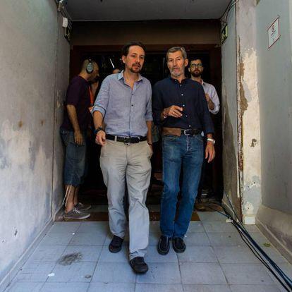 El líder de Podemos, Pablo Iglesias, junto al exJEMAD Julio Rodríguez, cabeza de lista de Unidos Podemos por Almería.