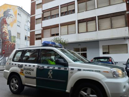 La Guardia Civil patrulla delante de una de las viviendas de las familias confinadas en Santoña.