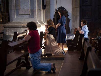 Feligreses rezan en la catedral de Lamego.